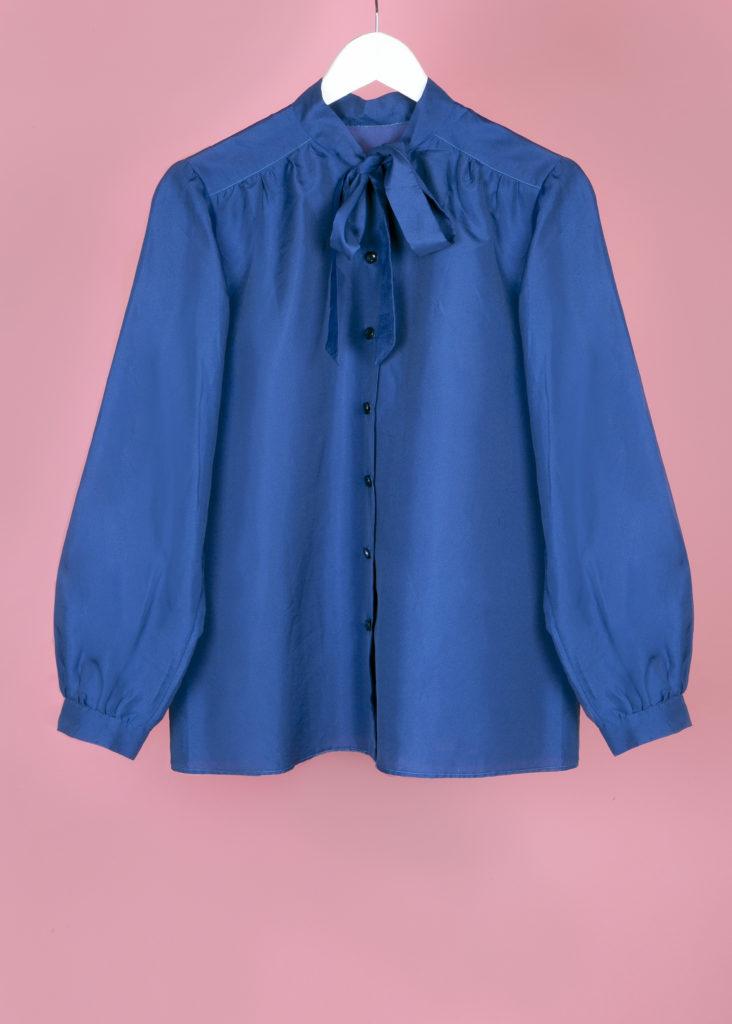 Blouse bleue en soie col lavallière