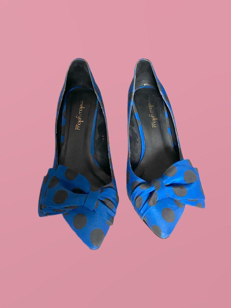 Escarpins bleus à pois